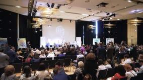 MOSKVA RYSSLAND -, May 2018: Affärskonferens på blockchainteknologi materiel Affärs- och utbildningsbegrepp stock video