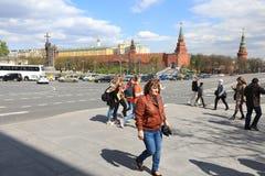MOSKVA RYSSLAND -, MAY 13 2017: Gå gatan på Kreml i Mosc Arkivfoto