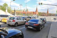 MOSKVA RYSSLAND -, MAY 13 2017: Gå gatan på Kreml i Mosc Fotografering för Bildbyråer
