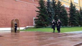 MOSKVA RYSSLAND - NOVEMBER 22, 2017: Ändrande vakter i Alexanders trädgård nära den eviga flamman på väggarna av MoskvaKreml lager videofilmer
