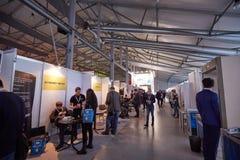 MOSKVA RYSSLAND - NOVEMBER 15-16, 2017 Blockchain och Bitcoin konferens Expo på den Sokolniki utställningmitten Arkivfoton