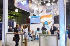 MOSKVA RYSSLAND - NOVEMBER 15-16, 2017 Blockchain och Bitcoin konferens Expo på den Sokolniki utställningmitten Arkivbild