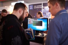 MOSKVA RYSSLAND - NOVEMBER 15-16, 2017 Blockchain och Bitcoin konferens Expo på den Sokolniki utställningmitten folk Arkivfoto
