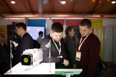 MOSKVA RYSSLAND - NOVEMBER 15-16, 2017 Blockchain och Bitcoin konferens Expo på den Sokolniki utställningmitten folk Arkivbilder