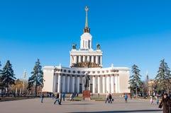 Moskva Ryssland-November 06: Den centrala paviljongen av VDNKh på November 06,2015 i Moskva, folk går sighten Arkivbild