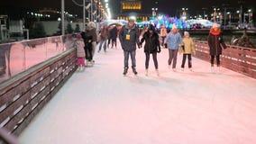 MOSKVA RYSSLAND, NOVEMBER 27, 2016: Folkskridsko på isbanan som åker skridskor vinter arkivfilmer