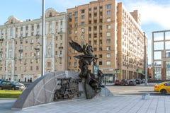 Moskva Ryssland - November 2 2017 Monument till kalashnikoven, formgivare av AK-47 på den Oryzheyny gränden Arkivfoton