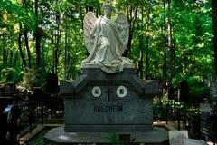 Moskva Ryssland/Novodevichy kyrkogård - vit marmorerar statyn royaltyfri foto