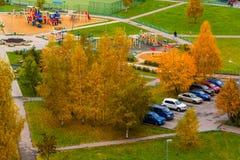 Moskva Ryssland - Oktober 09 2017 Borggård av ett lägenhethus i område 15 av Zelenograd Royaltyfria Bilder