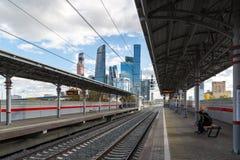 Moskva Ryssland-Oktober 01 2016 central cirkel för stationsShelepiha Moskva och en skyskrapa i Moskvastad Arkivfoto