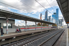 Moskva Ryssland-Oktober 01 2016 central cirkel för stationsShelepiha Moskva och en skyskrapa i Moskvastad Fotografering för Bildbyråer