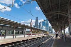 Moskva Ryssland-Oktober 01 2016 central cirkel för stationsShelepiha Moskva och en skyskrapa i Moskvastad Arkivbild