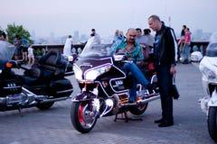MOSKVA RYSSLAND - OKTOBER 6, 2013: Cyklisten talar till en annan man Arkivbilder