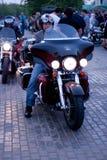 MOSKVA RYSSLAND - OKTOBER 6, 2013: Den mustachioed mannen i en hjälm på en moped Harley-Davidson Fotografering för Bildbyråer