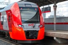 Moskva Ryssland-Oktober 01 2016 Drevsvalan ankommer på den centrala cirkeln för den stationsShelepiha Moskva Arkivfoto