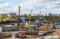 Moskva Ryssland-Oktober 01 2016 En sikt av konstruktion med transport Royaltyfri Fotografi