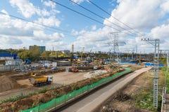Moskva Ryssland-Oktober 01 2016 En sikt av konstruktion med transport Royaltyfri Foto