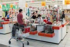 Moskva Ryssland - Oktober 01 2016 Folk om kontanta köpare i lagret Auchan i köpcentret Gagarin Arkivfoto
