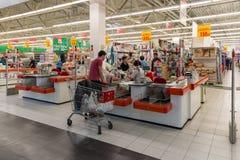 Moskva Ryssland - Oktober 01 2016 Folk om kontanta köpare i lagret Auchan i köpcentret Gagarin Fotografering för Bildbyråer