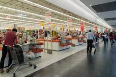 Moskva Ryssland - Oktober 01 2016 Folk om kontanta köpare i lagret Auchan i köpcentret Gagarin Arkivbild