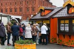 MOSKVA RYSSLAND - OKTOBER 06, 2016: Gatan shoppar i mitten av Moskva i den festliga garneringen för hösten Royaltyfri Fotografi