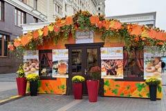 MOSKVA RYSSLAND - OKTOBER 06, 2016: Gatan shoppar i mitten av Moskva i den festliga garneringen för hösten Royaltyfria Bilder
