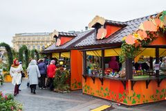 MOSKVA RYSSLAND - OKTOBER 06, 2016: Gatan shoppar i mitten av Moskva i den festliga garneringen för hösten Arkivfoton