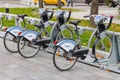 MOSKVA RYSSLAND - Oktober 10, 2017: Hyra cyklar i cykelparkeringen Ekologisk stads- transport Arkivbilder