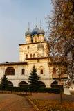 MOSKVA RYSSLAND - OKTOBER 17, 2017: Kyrka av den Kazan symbolen av modern av guden av XVII århundradehelheten av godset Kolomensk Royaltyfri Fotografi