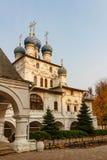 MOSKVA RYSSLAND - OKTOBER 17, 2017: Kyrka av den Kazan symbolen av modern av guden av XVII århundradehelheten av godset Kolomensk Arkivbilder