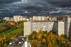 Moskva Ryssland - Oktober 10 2017 microdistrict 16 av staden av Zelenograd i molnigt väder Fotografering för Bildbyråer