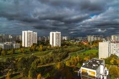 Moskva Ryssland - Oktober 10 2017 microdistrict 16 av staden av Zelenograd i molnigt väder Royaltyfria Foton
