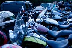 MOSKVA RYSSLAND - OKTOBER 6, 2013: Motorcyklar som i rad parkeras Royaltyfria Bilder