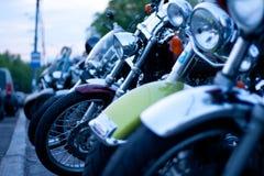 MOSKVA RYSSLAND - OKTOBER 6, 2013: Motorcyklar som i rad parkeras Arkivfoto