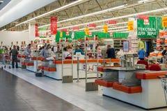 Moskva Ryssland - Oktober 01 2016 om kontanta köpare i lagret Auchan i köpcentret Gagarin Royaltyfri Fotografi