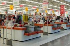 Moskva Ryssland - Oktober 01 2016 om kontanta köpare i lagret Auchan i köpcentret Gagarin Royaltyfri Foto