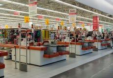 Moskva Ryssland - Oktober 01 2016 om kontanta köpare i lagret Auchan i köpcentret Gagarin Arkivfoto
