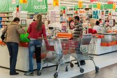 Moskva Ryssland - Oktober 01 2016 om kontanta köpare i lagret Auchan i shopping- och underhållningmitten Gagarin Arkivbilder