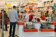 Moskva Ryssland - Oktober 01 2016 om kontanta köpare i lagret Auchan i shopping- och underhållningmitten Gagarin Royaltyfri Foto