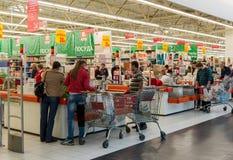 Moskva Ryssland - Oktober 01 2016 om kontanta köpare i lagret Auchan i shopping- och underhållningmitten Gagarin Royaltyfria Bilder