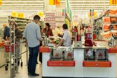Moskva Ryssland - Oktober 01 2016 om kontanta köpare i lagret Auchan i shopping- och underhållningmitten Gagarin Royaltyfria Foton