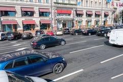 Moskva Ryssland - Oktober 02 2016 rörelsen av bilar på den Mokhovaya gatan i centrum Arkivbilder