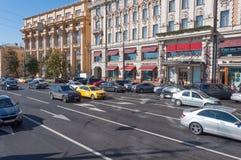 Moskva Ryssland - Oktober 02 2016 rörelsen av bilar på den Mokhovaya gatan i centrum Royaltyfria Foton