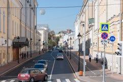 Moskva Ryssland - Oktober 02 Sikt 2016 av den Bolshaya Nikitskaya gatan Arkivbilder