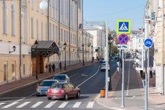 Moskva Ryssland - Oktober 02 Sikt 2016 av den Bolshaya Nikitskaya gatan Fotografering för Bildbyråer