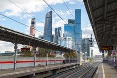 Moskva Ryssland-Oktober 01 2016 Sikt av den centrala cirkeln och skyskrapan för stationsShelepiha Moskva i Moskvastad Arkivfoton
