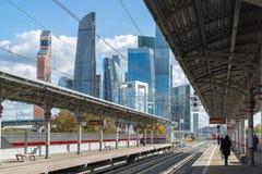 Moskva Ryssland-Oktober 01 2016 Sikt av den centrala cirkeln och skyskrapan för stationsShelepiha Moskva i Moskvastad Fotografering för Bildbyråer