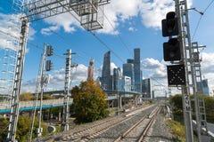 Moskva Ryssland-Oktober 01 2016 Sikt av skyskrapaMoskvastaden från den centrala cirkeln för stationsShelepiha Moskva Royaltyfria Bilder
