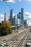 Moskva Ryssland-Oktober 01 2016 Sikt av skyskrapaMoskvastaden från den centrala cirkeln för stationsShelepiha Moskva Royaltyfri Bild