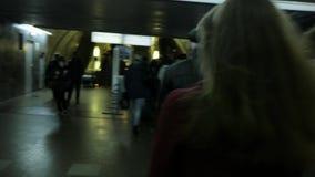 MOSKVA RYSSLAND - OKTOBER 15, 2017: Ung kvinna som går i gångtunnel var en folkmassa av folk lager videofilmer